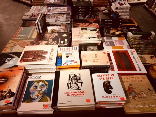 Är det sant? Ett stort bord fullt av särskilt inköpta engelska konstböcker på rea?