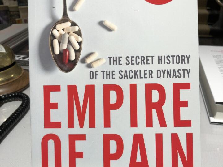 Empire of Pain. The Secret History of the Sackler Industry, av Patrick Radden Keefe